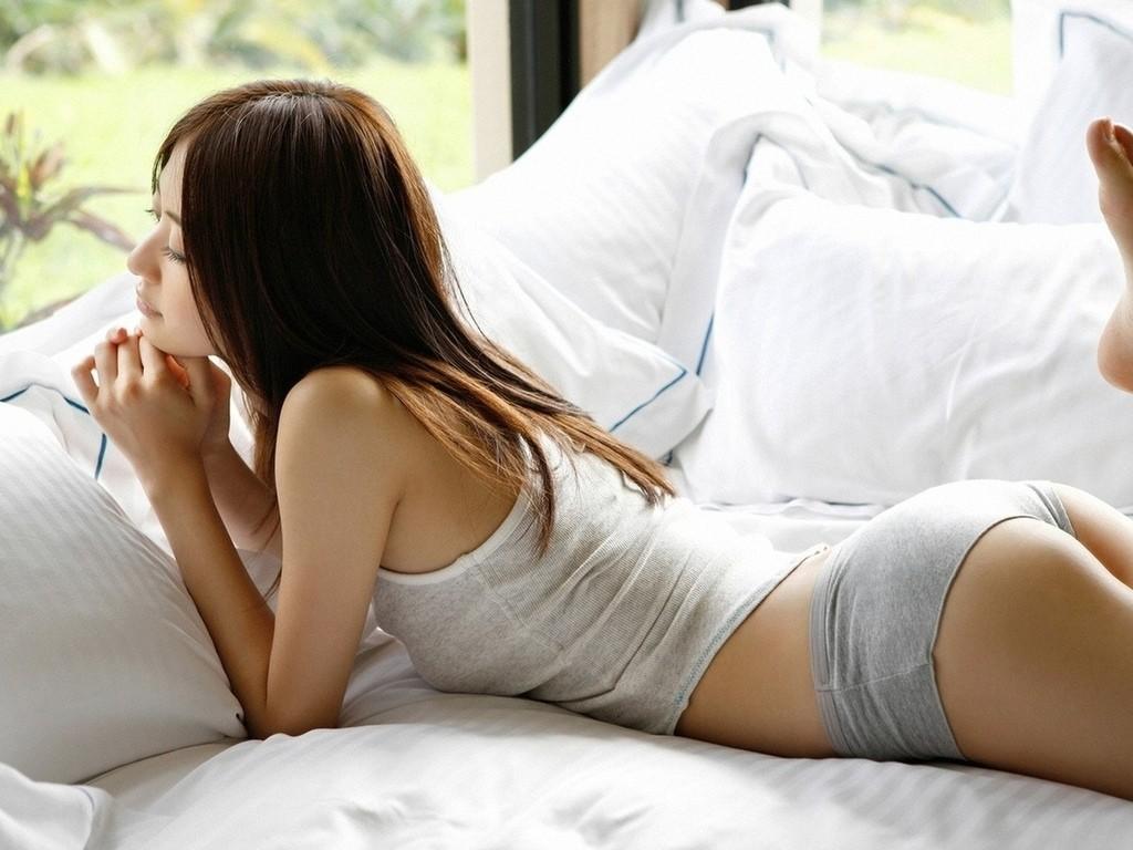 валяться в кровати